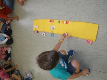 Alumno jugando a la linea del tiempo.
