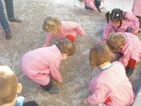 los niños arqueologos hacen una excavación