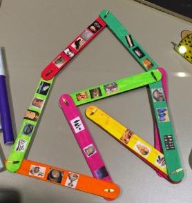 Linea del tiempo juguete realizada con palillos .